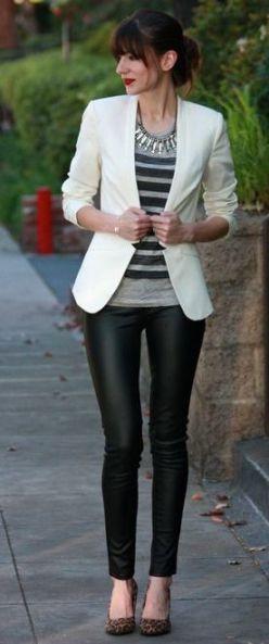 blazer branco com camiseta listrada e calça preta