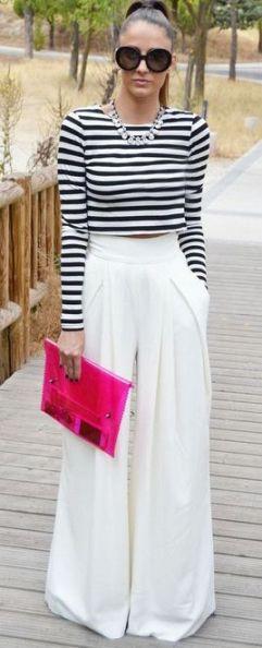 blusa de manga listrada preto com branco, calça pantalona branca e bolsa rosa
