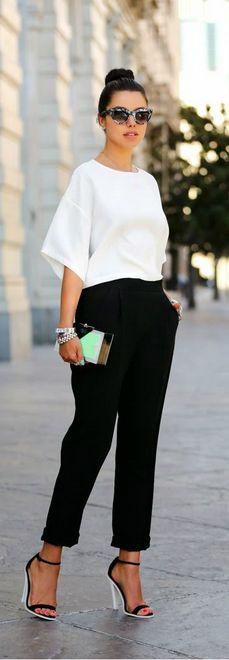 blusa branca com calça preta e sandália p&b