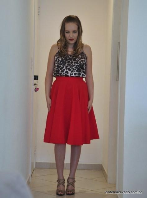 Eu usando saia midi vermelha e regata de alcinha com estampa de bicho