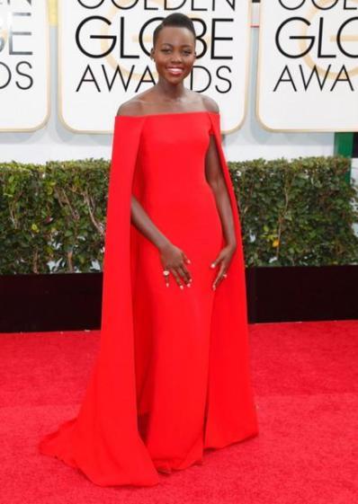 Lupita veste longo vermelho com capa