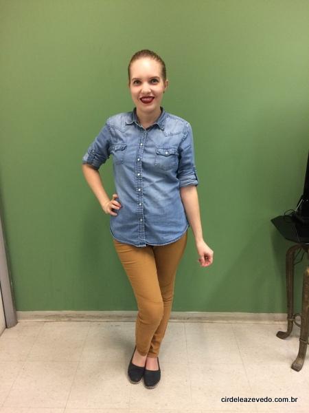 Eu usando calça marrom, camisa jeans e alpargatas
