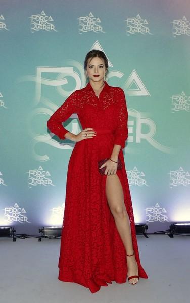 Juliana Paiva veste longo vermelho com fenda poderosa no lançamento da novela A Força do Querer