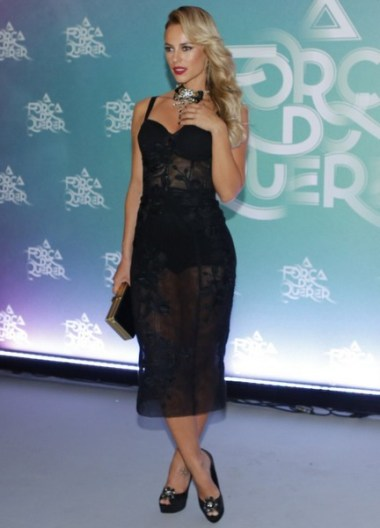 Paolla Oliveira veste vestido transparende de renda preto no lançamento de A Força do Querer
