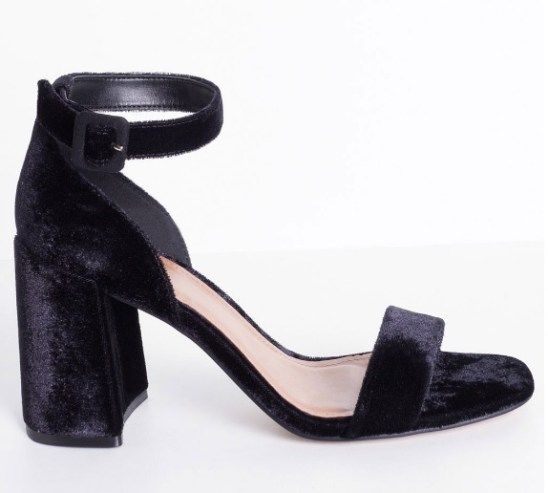Sandália preta de veludo, salto blocado e tira fina