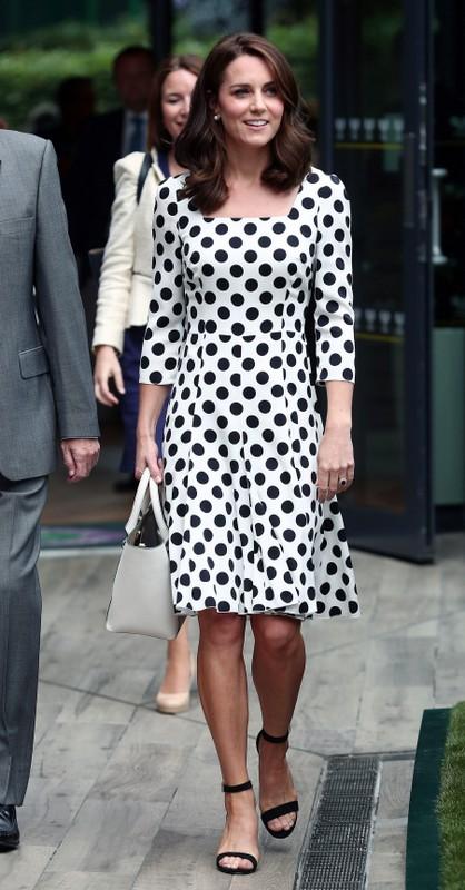 Kate veste vestido branco de poás, bolsa branca e sandália preta