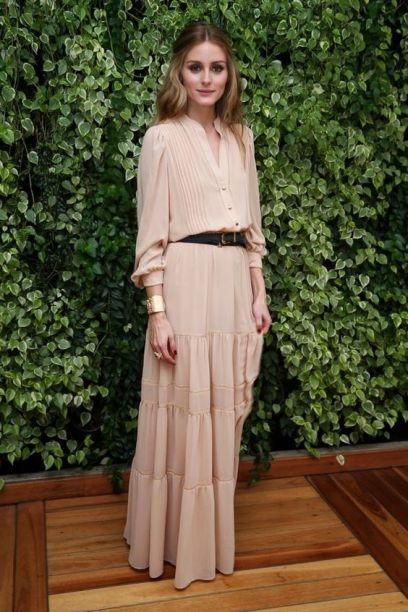 Olivia Palermo veste vestido longo com mangas compridas na cor rosê