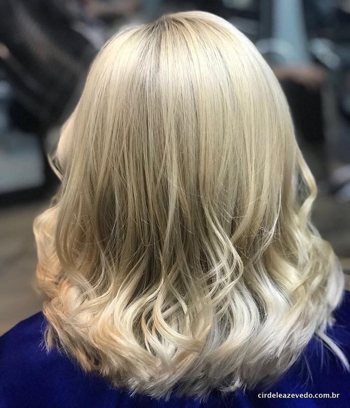 Depois de todo processo, meu cabelo de volta ao loiro, em foto de costas, mostrando o tamanho médio das madeixas