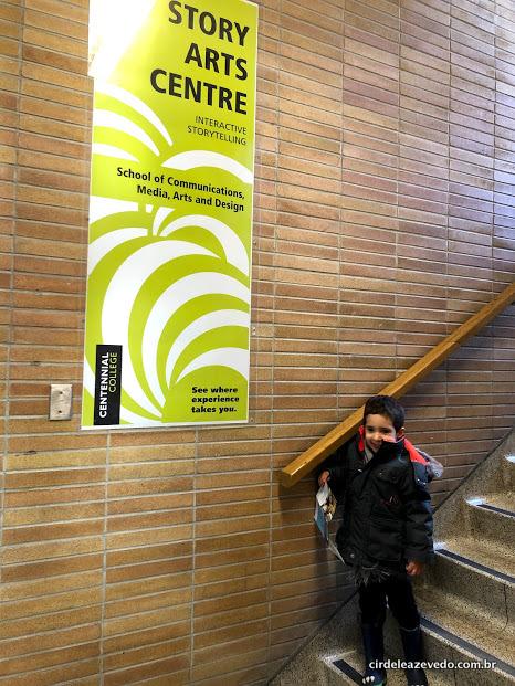 Meu filho em uma das escadas no meu campus no Centennial College de Toronto