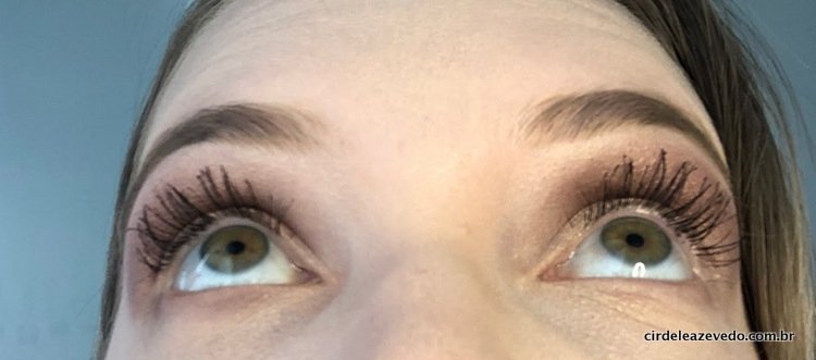 Foto só dos olhos olhando para cima para Mostar os cílios volumosos e alongados