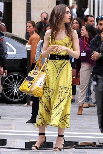 Emily com vestido amarelo