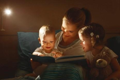 madre che legge favola a letto