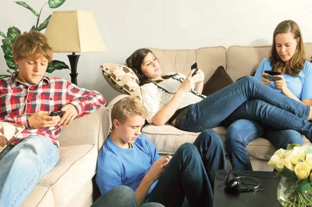 ragazzi con lo smartphone