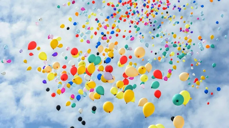 persone felici e palloncini
