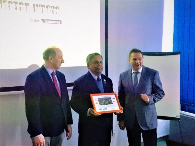 Photo of Dr. S.S. Iyengar receiving an award from PUT in Poland