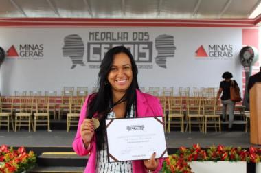 Diretora do SAMU recebe medalha Maria da Cruz no Dia dos Gerais