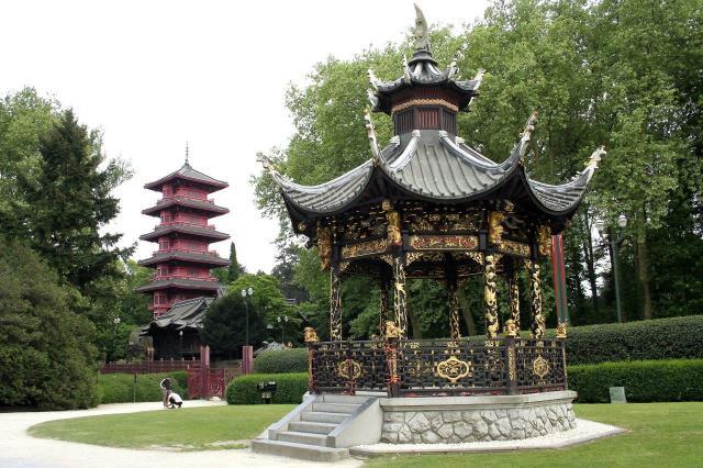 Кралската резиденция с китайската къща и японската кула