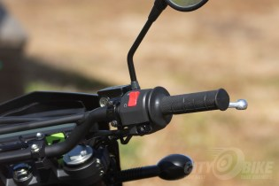Kawasaki KLX250 - right grip and control.
