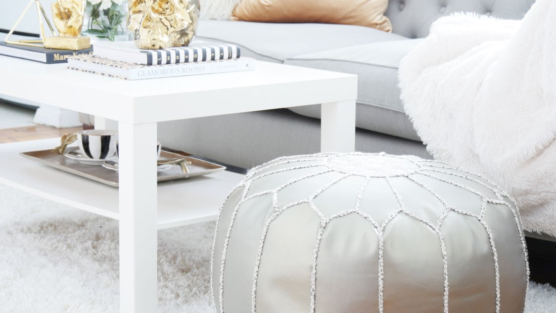 Learn how to incorporate enough seating into your small apartment with clever tricks. You'll finally be able to host the way you've always wanted to! #smalllivingroomideas  #smallapartmentdecorating #smallapartmentideas #rentalhomedecorating  #rentaldecorating