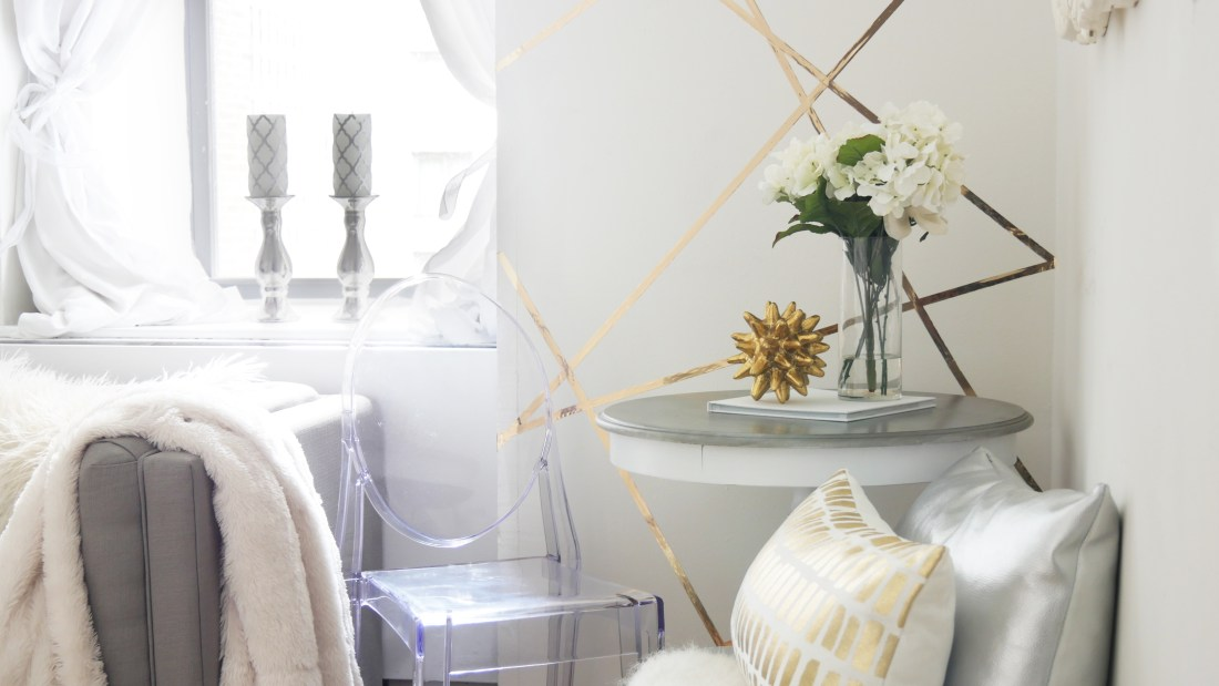Learn how to create a feature wall/faux wallpaper for just $7! #budgetfriendlydecoratingideas #decoratingideas #decoratingideasforapartments #rentalhomedecoratingdiy #smalllivingroomideas #smallapartmentdecorating