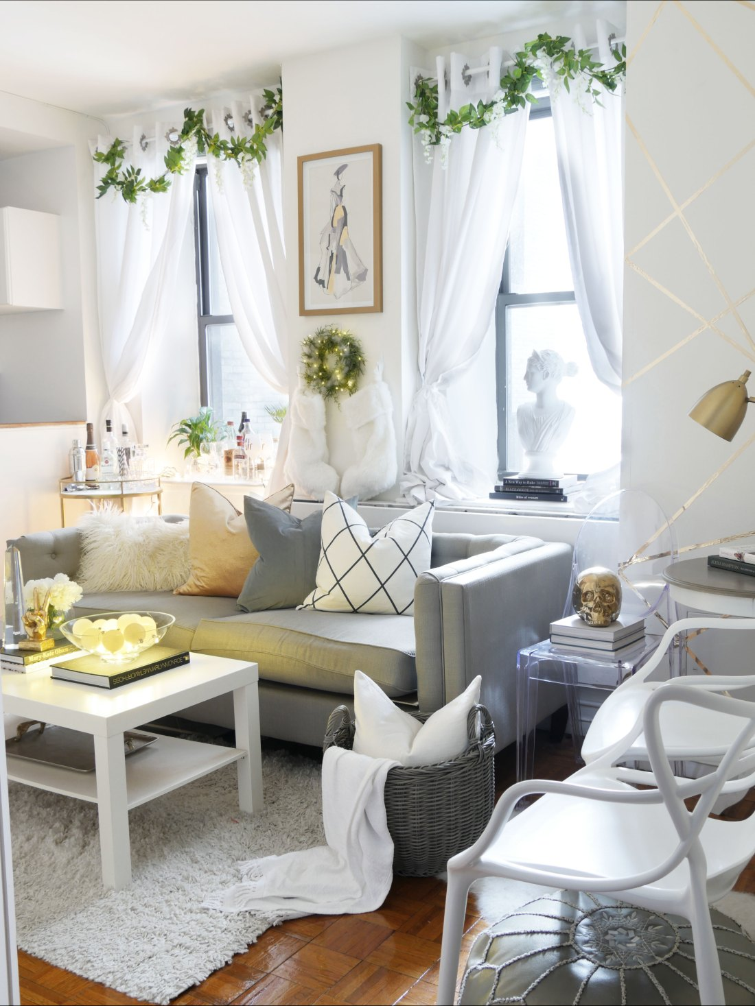 Decorating for the holidays in a small space might feel challenging, but rest assured, its easy and budget friendly! #holidaydecorating #holidaydecor #holidaydecordiy