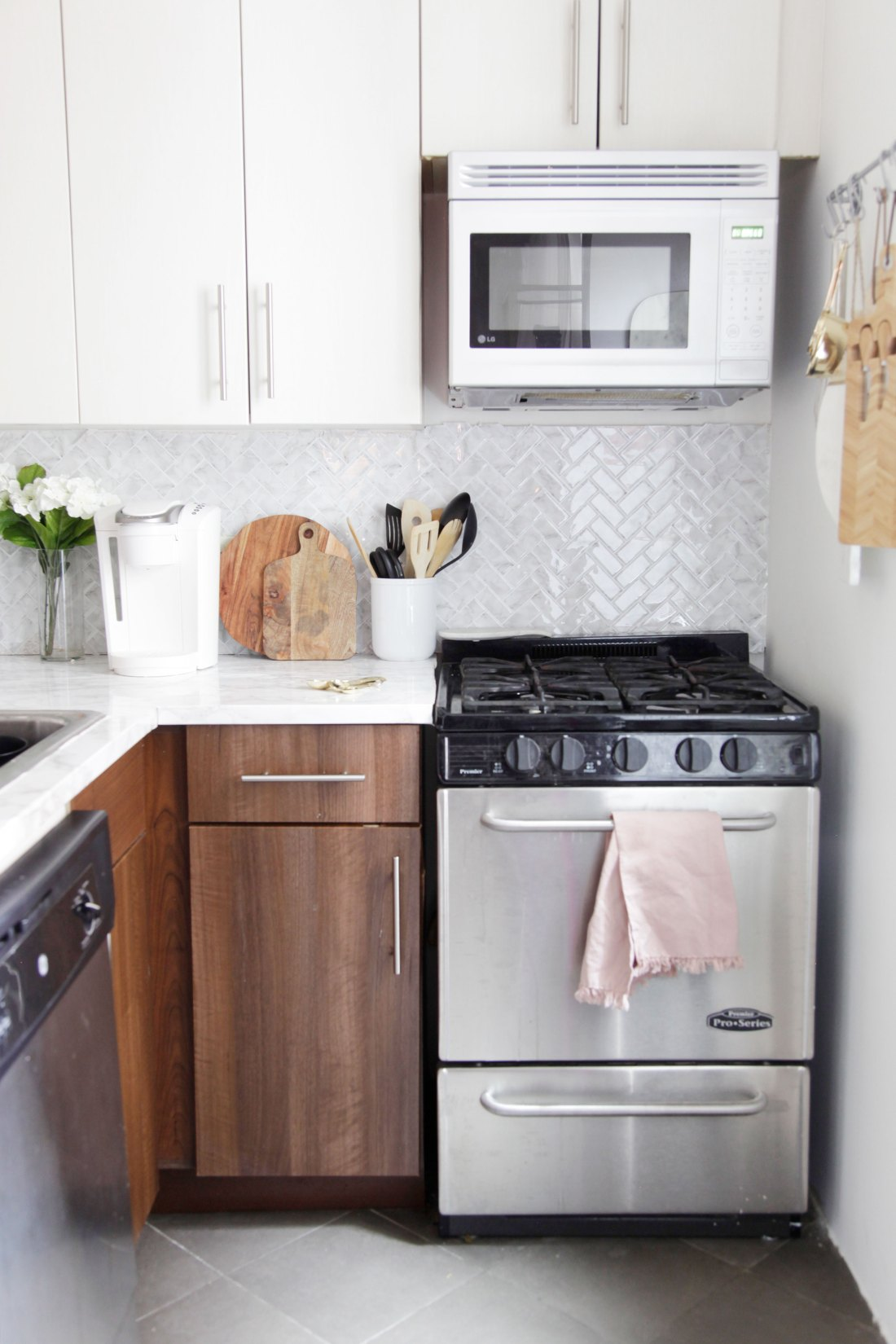Have an ugly rental kitchen and dream of having a marble kitchen? Use these temporary solutions to create a kitchen that all your guests will drool over! #rentalkitchenmakeover #kitchenideas #smallkitchenideas #kitchenideasonabudget #rentalhomedecorating #rentaldecorating #rentalapartmentdecorating #rentalhomedecoratingdiy