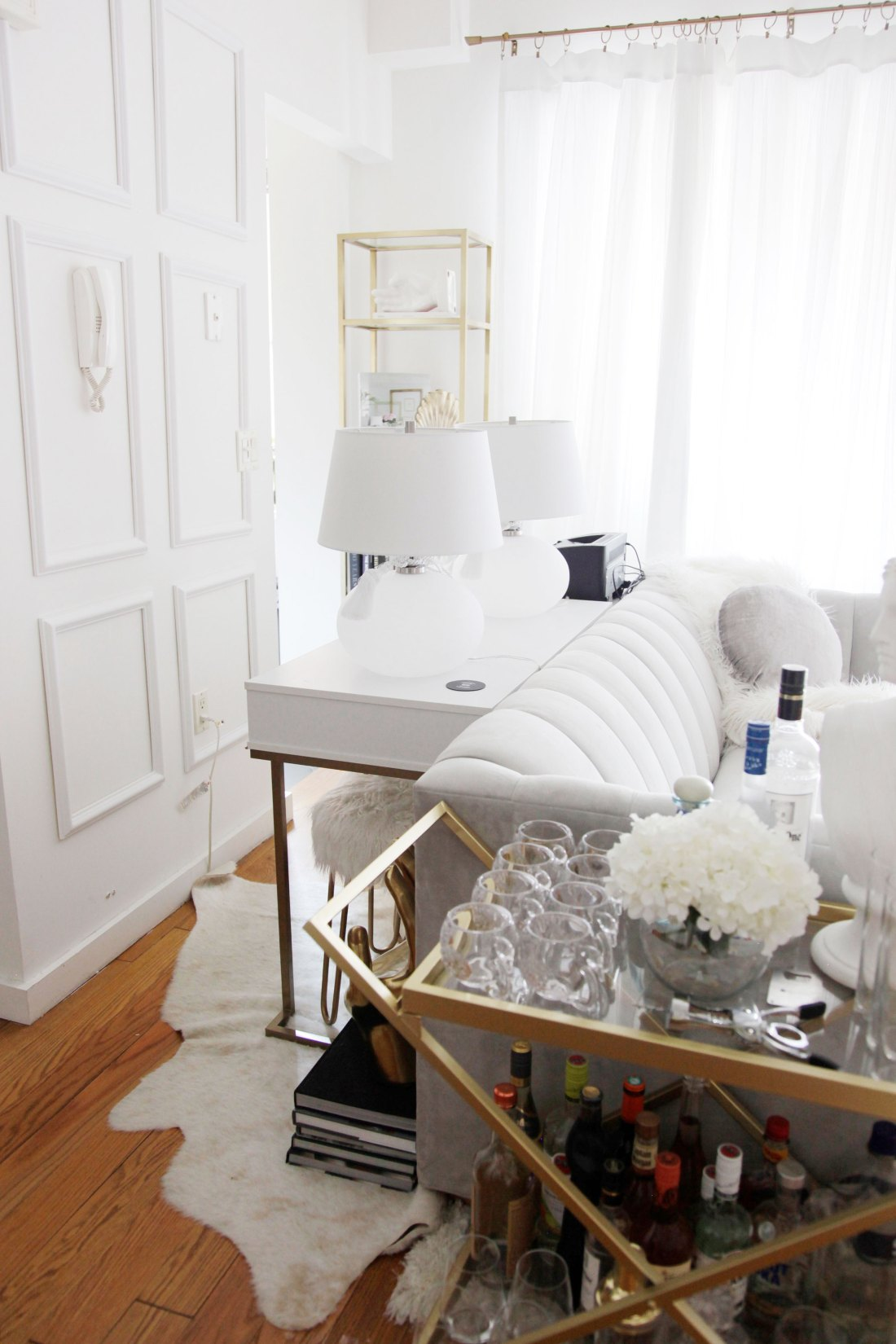 Struggle to decorate your rental apartment or studio apartment? Decorating your rental apartment, on a budget, can be super easy with these helpful tips. Here is what I learned after renting for 4 years: #studioapartmentideas #studioapartmentdecorating #rentaldecorating #rentalapartmentdecorating #rentalhomedecoratingdiy #smallapartmentdecorating #smallapartmentideas