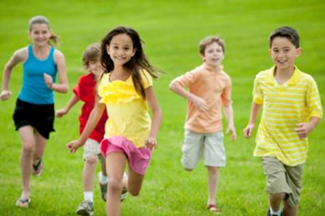 Τα παιδιά παίζουν έξω