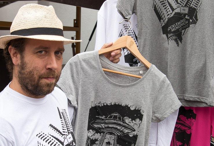 Initiator Dominik Siebel mit frisch gedruckten T-Shirts. - copyright: Herbert Wintgen