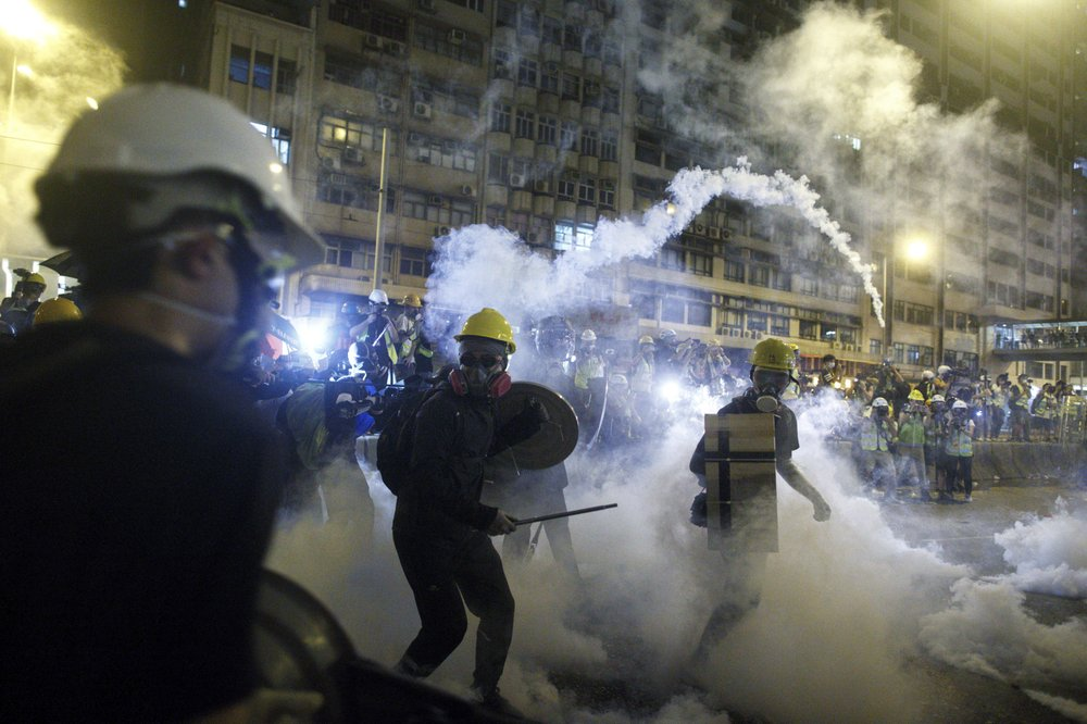 Police launch tear gas as Hong Kong protest turns violent - NEWS 1130
