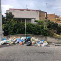 Strade invase dai rifiuti, Reggio regno di inciviltà. Altro che 'plastic free'...quando la smetteremo?