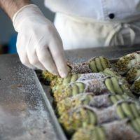 Alla Cremeria Sottozero spazio alla tradizione e all'innovazione: ecco i cannoli al pistacchio - FOTO