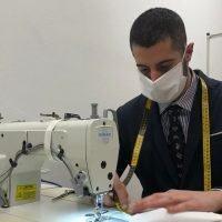 Coronavirus, giovane artigiano calabrese realizza e dona mascherine ai più bisognosi