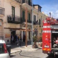 Reggio, incendio in centro: a fuoco una nota macelleria - FOTO