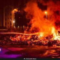 Reggio, incendio nella notte: ancora rifiuti in fiamme - FOTO