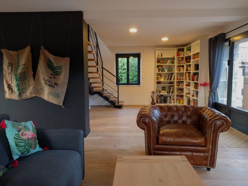 salon fauteuil club et bibliothèque dans maison de campagne rénovée, agence cityzend