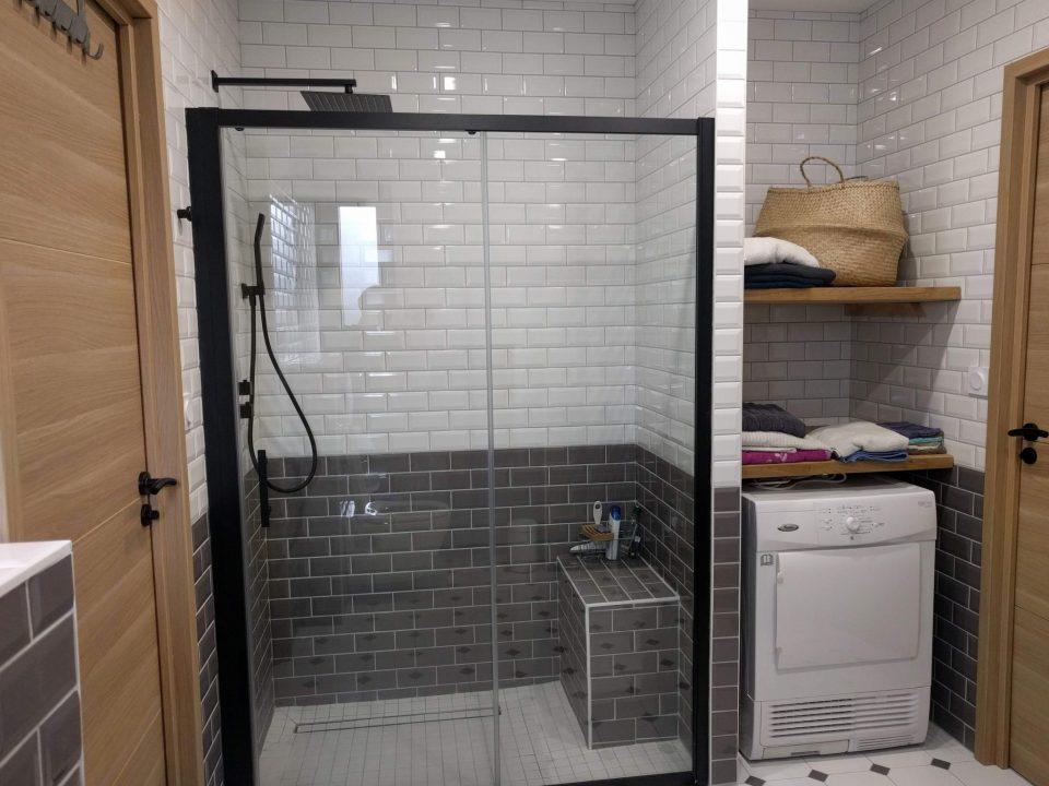 salle de bains carreaux de métro style industriel vintage douche italienne, banc et niche sèche linge, rénovation agence cityzend