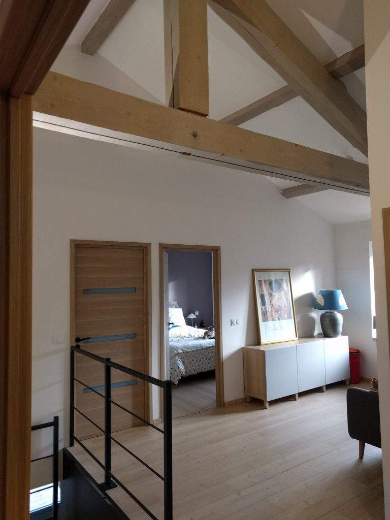 pallier étage maison de campagne, poutres sablées lumière naturelle, agence cityzend
