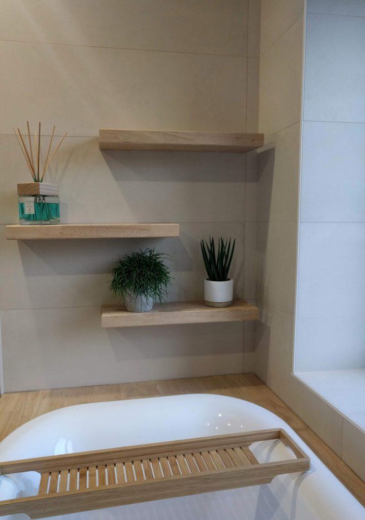 détail, étagères déco au dessus d'une baignoire encastrée bois, salle de bains nature, agence CITYZEN.D