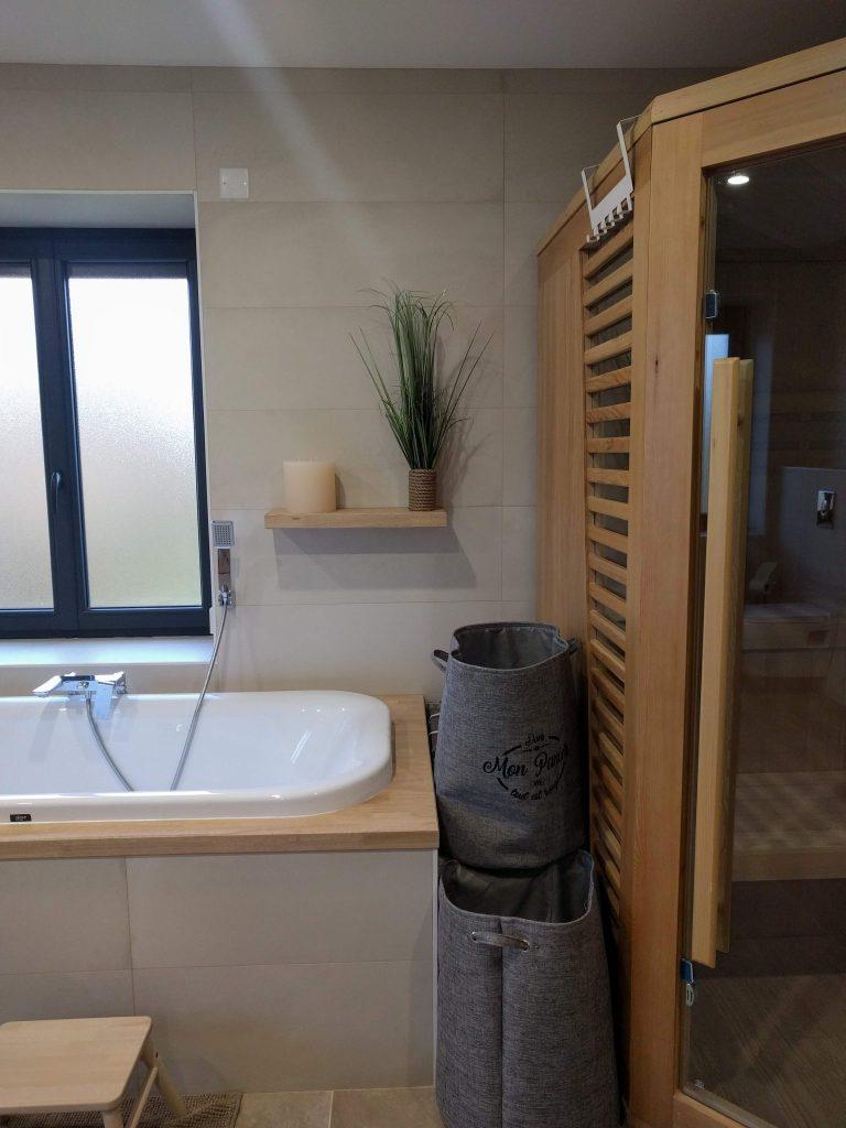 déco baignoire encastrée étagère bois, cabine sauna dans salle de bains nature cocooning, agence cityzend