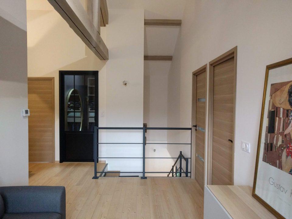 trémie escalier et pallier étage avec poutres sablees apparentes, portes en bois et dressing entrée porte de verrière en métal, agence cityzend