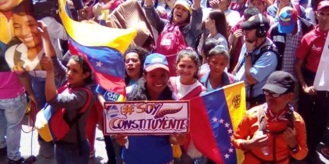 (+Video) Pueblo llegó a Miraflores en apoyo al Proceso Constituyente