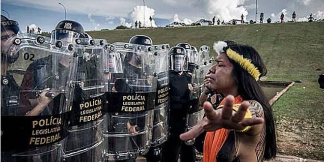 Reprimen manifestación indígena frente a Congreso brasileño
