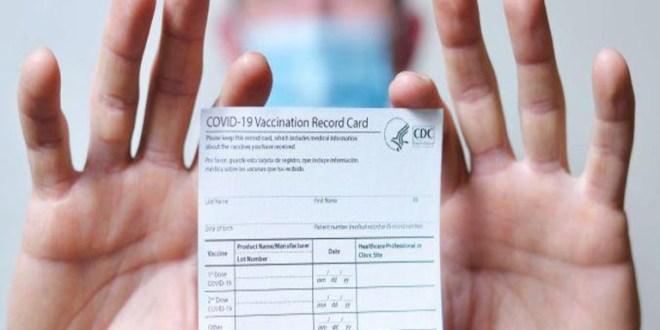 Detienen a farmacéutico en EEUU por vender tarjetas de vacunas falsas
