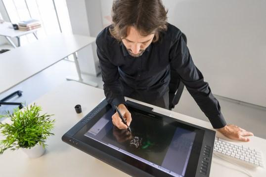 Alfonso Miguel Sánchez trabajando en Etopia. Fotografía de CONMISOJOS