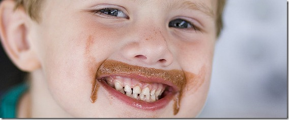 copil_fericit_ciocolata