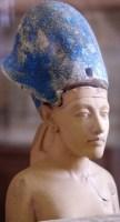 تمثال نصفي لاخناتون بتاج الحرب الازرق
