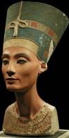 رأس نفرتيتي المشهور بمتحف برلين من الحجر الجيري الملون