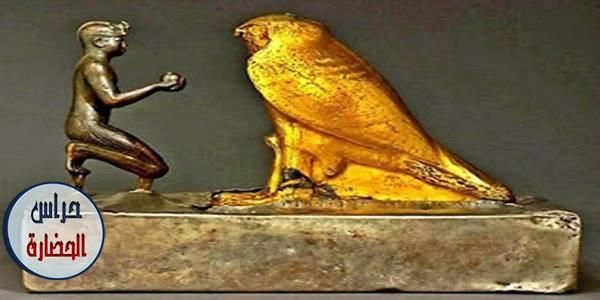 تمثال الملك طهرقا والصقر الخشبي المغطى بالذهب (الإلهحِمِن)