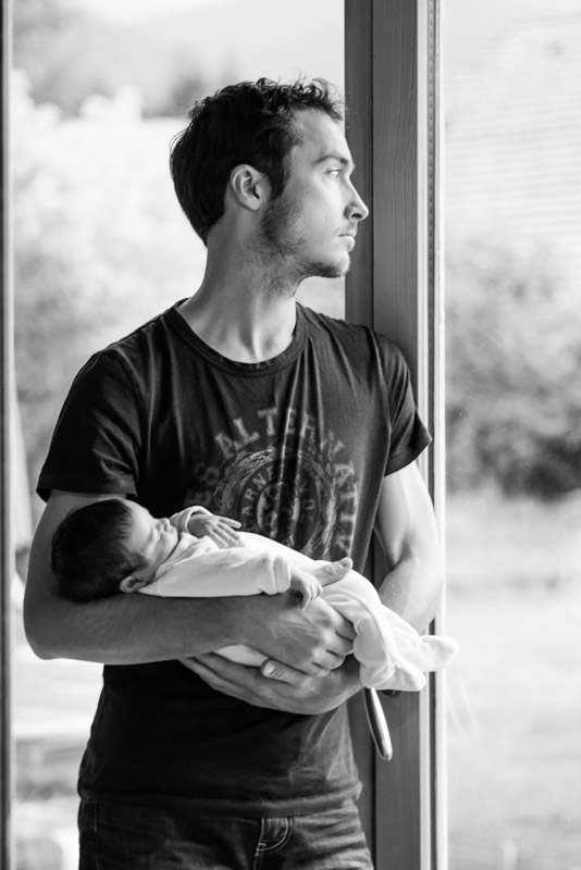 portrait en noir et blanc d'un papa tenant sa fille dans les bras